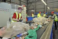 Norwegia praca fizyczna sortowanie śmieci przy taśmie bez języka Sandnes