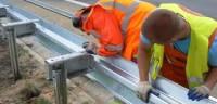 Praca Norwegia na budowie dróg w Hordaland przy montażu barierek sierpień 2014